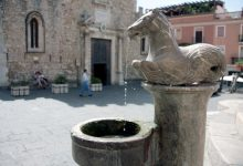 taormina-particolare-fontana-piazza-duomo.jpg